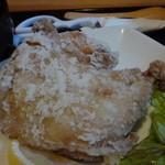 釜焼鳥本舗おやひなや - 食べ応えのあるモモ一本揚げ!