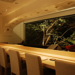 カウンター席で味わう旬の素材の天ぷら