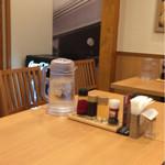 麺処直久 - テーブル席のセット