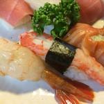 美佐古寿司 - (左から)牡丹海老・ズワイガニ・赤貝