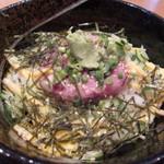 潮騒料理 哉吉 - ご飯の上に胡瓜と薄焼き卵の細切りと小葱、刻み海苔に鮪を叩いたものがたっぷりのっています。