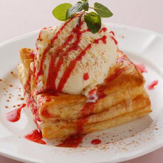 当店人気ナンバーワンの熱々アップルパイのアイスクリーム添え
