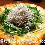 オドモ - 築地から仕入れたシラスを山盛り乗せたpizza。チーズにもシラスたっぷり入ってます。