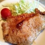 オドモ - 豚肉の甘辛味噌生姜焼き。お酒がすすむ濃い味おつまみの一品。