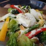 39361535 - 種類の野菜とスパイシーグリルチキンのサラダ