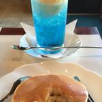 ワンモア - ホットケーキ(530円)、クリームソーダ(580円)