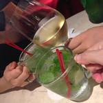 アニヴェルセル カフェ - モヒートにワイン
