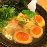 ラーメンむさし - 粟国の塩(780円)煮卵一個(60円)ワカメ(120円)