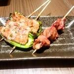 鶏亀 - レバー(1串 130円)とピーマン肉詰め(216円)