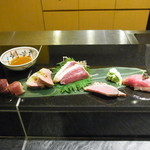 藤多 - 鴨の生ハムクリームチーズ巻き、蒸し鶏のたたきスモーク、昆布締めキャビア乗せ握りなど5種盛り