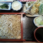 39375077 - ■ 天ざるそば ¥850 ニ八のそばと 天ぷらと 小鉢 2個 付き。