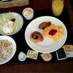 39375163 - ●朝食:オレンジジュース、プチパン、コーンフレーク、スクランブルエッグ、さつまあげ、サラダ、ポテトサラダ(2013.07)●