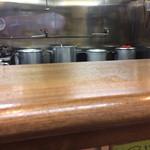 麺壱 吉兆 - 厨房奥には寸胴4つ。このカウンターの向こう側が麺を打つ所の模様。