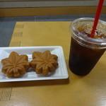39379492 - 手焼きもみじ饅頭とコーヒーのセット:300円