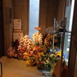 純米酒専門YATA - エレベーターを降りると、開店祝いのお花達が迎えてくれます。