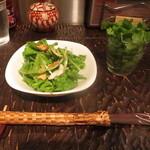アジアン・ニューヨーク - Lunch Set MenuのSaladaと追加パクチー(無料)