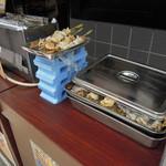 ハルミ食堂 - ホタテとツブ貝の串焼きはどちらも400円