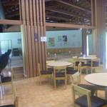 カフェせせらぎ - テーブル席と26畳タタミ席