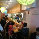 中華そば ムタヒロ - 店・店内・カウンター席の一例(玄関入ってすぐから店内) (2015年06月)