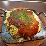 花やしき - 「お好み焼き・チャンポン」(820円)+「野菜増量」(50円)。チャンポンとはうどん1玉とそば1玉を混ぜたもののこと。