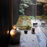 神楽坂 石かわ - 黒板塀に向こう側には中庭が見える