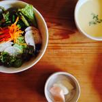 シヴァ カフェ - グリーンサラダ、スープ、自家製ピクルス