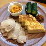 和酒飯くり家 - 本日は旬のホヤと定番の玉子焼き、そして、もろきゅうと茹で豚。もろきゅうは、間引ききゅうりでコリコリした旨み。茹で豚は、ポン酢&カボスで深みのあるサッパリ。