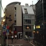 純米酒専門YATA - 店舗ビル外観(神泉側から:5階ルーフのようなところが店舗)