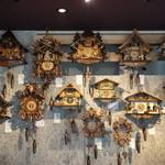 シュヴァルツヴァルトカフェ - 店内を埋め尽くす鳩時計