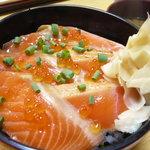 寿し処 平野屋 - サーモン炙り丼650円