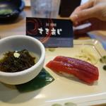すきあじ - お通し。モズク酢と漬けマグロ握り一貫。さすが寿司屋