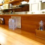 麺元素 - 清潔感のあるカウンター席