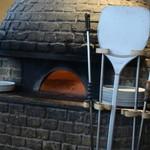 ピッツァ サルヴァトーレ クオモ 梅田 アンド ザ バー - これがオリジナルのピッツァ窯だ。450度の温度で焼き上げるらしい。