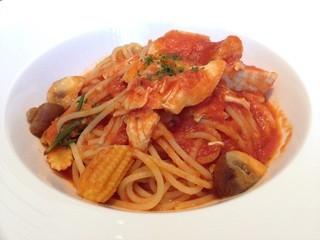 レストラン コンフェッティ - 山形ハーブ鶏とロースマリーのトマトソーススパゲッティ