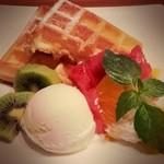 Naturalcafe そら - ワッフル!桃みたいなソースだった!ソース選べたらいいのに。