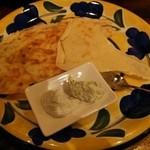 39417513 - パーネカラサウ ゴルゴンゾーラ・リコッタチーズのバジル和え(お通し)