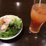 39429197 - サラダとピンクグレープフルーツジュース