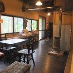 苔筵 - 座敷から見た店内。温かな雰囲気です。