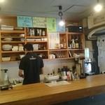 林屋 - 店内の様子。カウンターと厨房。写真右手が入り口。