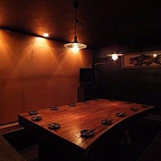ど~んと一枚板で作られたテーブルが印象的な完全個室
