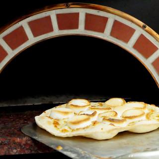 生地からすべて手作りの本格石窯で焼くローマピッツァ