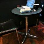 シアトルズベストコーヒー - 中央の柱の所の席と下の方にあるコンセント。