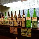 くいもんや 一歩 - カウンターには日本酒がズラリ。       ラインナップを見ているだけで大興奮☆