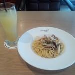 レーサーズカフェ - キノコの和風ペペロンチーノとグレープフルーツジュース