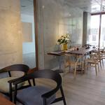 コーヒーハウス えのき - 入ってみると、なかなかシャレオツなカフェです。                             席間も広くとってあります。                             六本松の中心部にあって、このゆったり感はいい♪