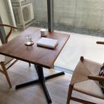 コーヒーハウス えのき - 今回は本を読みたかったので、                             店内の死角にあたる小さなテーブル席を利用しました。