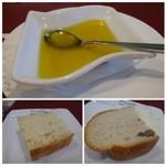 39445600 - ◆パンは「フォッカチャ」と「クルミパン」を頂きました。フォッカチャが焼きたてで美味しい。                       クルミパンは冷めると固くなります。                       どちらも「チーズ入りのオリーブオイル」を付けて頂きますが、これ美味しい。