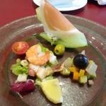 39445603 - 前菜・・メロンの生ハムのせ・地中海野菜のカボナータ・海老と蛸のマリネ。                       生ハムがいいお味です。マリネも軽い酸味で好みでした。