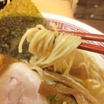虎ジ - 麺は中細、 プリプリ麺