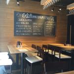 プラチナフィッシュ バル - 入口左側6人テーブル2つ